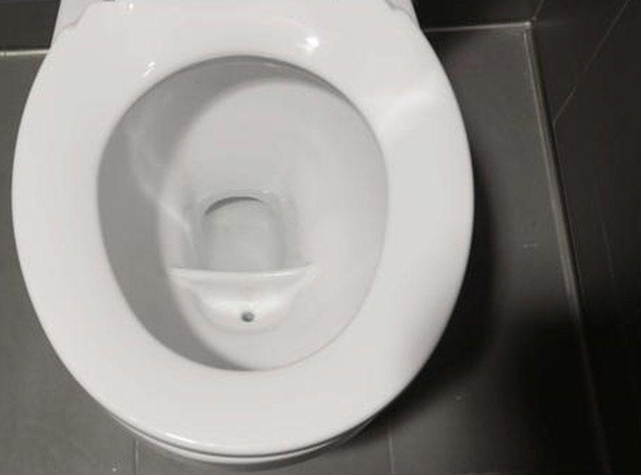 Booba sa m re d core fi rement ses toilettes avec ses - Camera cachee toilette ...