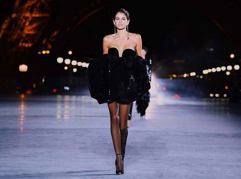 fashion week de paris kaia gerber enflamme le podium saint laurent. Black Bedroom Furniture Sets. Home Design Ideas