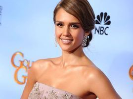 Photos : Golden Globes 2012 : Jessica Alba : diamants et robe à traîne, elle a sorti le grand jeu !