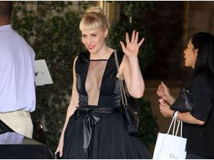 Natasha Bedingfield : ses escarpins color block réveille son look total black !