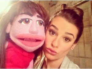 Lea Michele : duck-face obligatoire avec son double version Muppet !