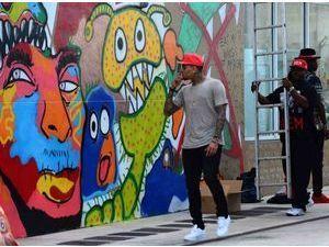 Photos : Chris Brown : il s'accapare les murs de Miami pour en faire sa toile...