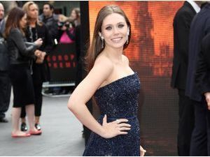 """Elizabeth Olsen : glamour et bien entourée pour la première londonienne de """"Godzilla"""" !"""