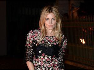 Photos : Sienna Miller : au centre de toutes les attentions à Londres, elle illumine la Fashion Week !