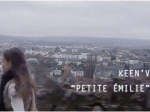 """Vidéo : Keen'V : il joue la carte de l'émotion et de l'engagement avec le clip de """"Petite Emilie"""" !"""